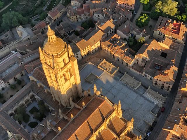 Imagen a vista de globo de la catedral de Segovia y su entorno