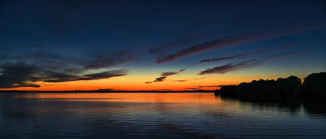 Après le coucher de soleil sur le lac d'orient