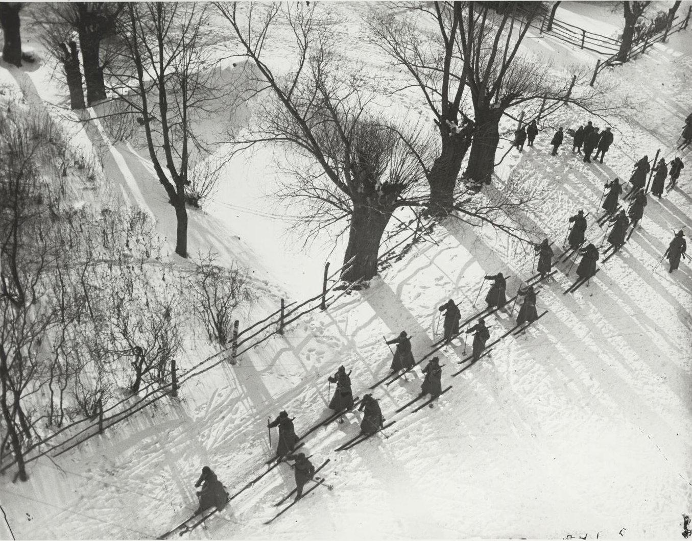 1927. Красноармейцы на лыжной прогулке
