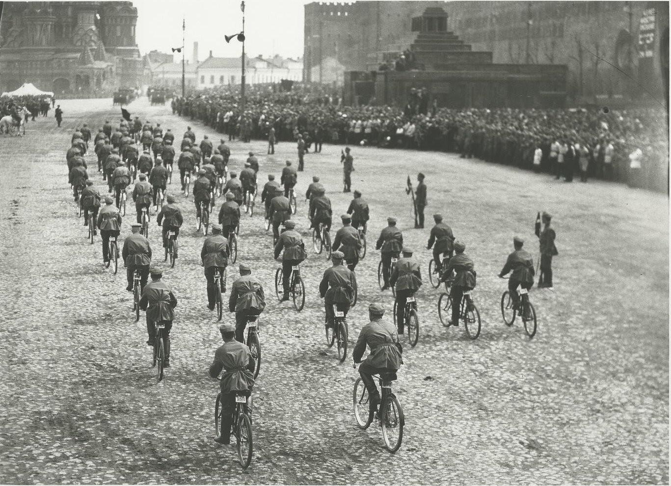 1925. Парад на Красной площади. Велосипедисты. 1 мая