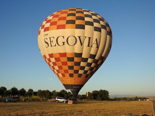 Globo preparado para volar sobre la ciudad de Segovia