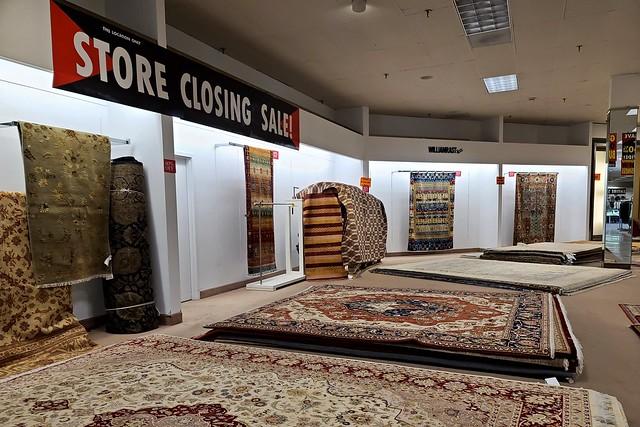 Closing sale at Lord & Taylor [01]