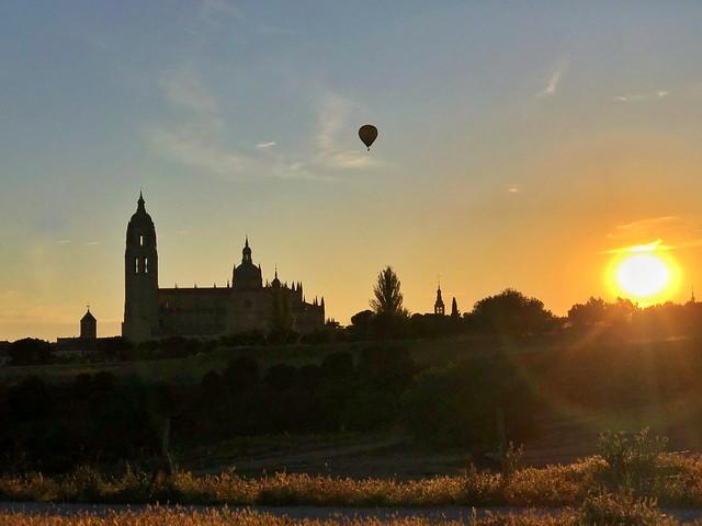 Silueta de Segovia al amanecer (con un globo encima del casco viejo)
