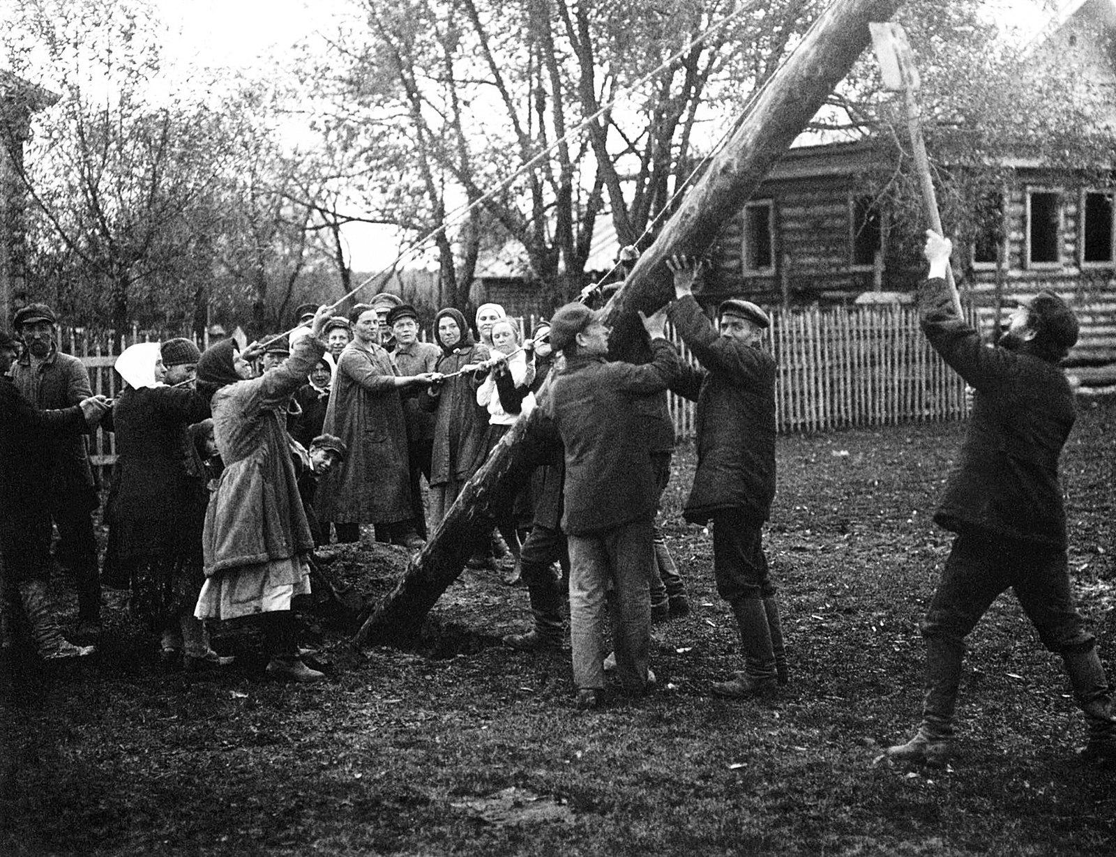 1925. Шатура дала ток. Установка столбов в селе Ботино