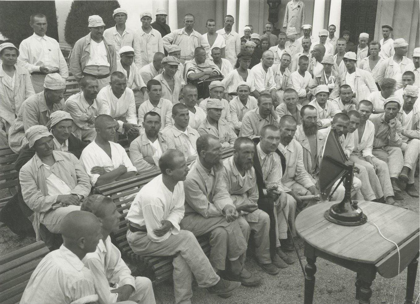 1925. Открытие крестьянского курорта «Ливадия». Крестьяне слушают радио в Красном уголке. 28-30 июня