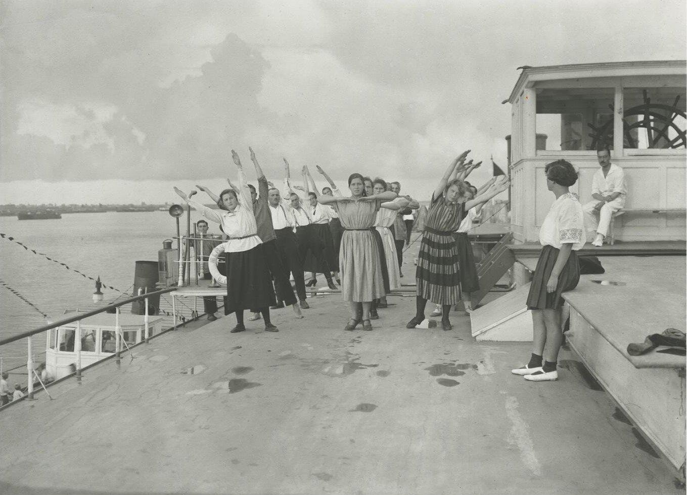 1924. Зарядка на пароходе «Жемчужина»