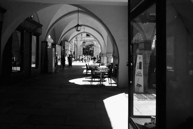 P1010307 - Centro storico: portici, archi e riflessi.