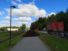Jordhög på cykelbana. Kommunal installation, Åkersberga, Österåker.