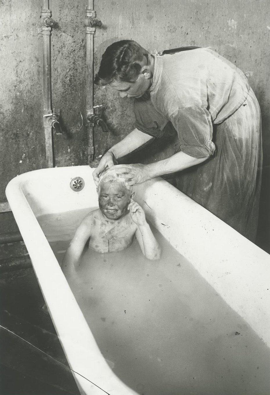 1927. Купание беспризорника в Покровском детприемнике