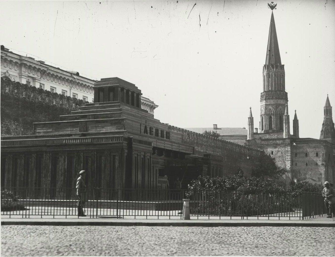 1925. Деревянный Мавзолей на фоне Никольской башни Кремля