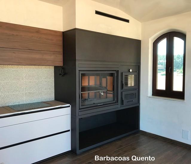 Barbacoa Quento con puerta deslizante, parrilla inox elevable y horno de leña.