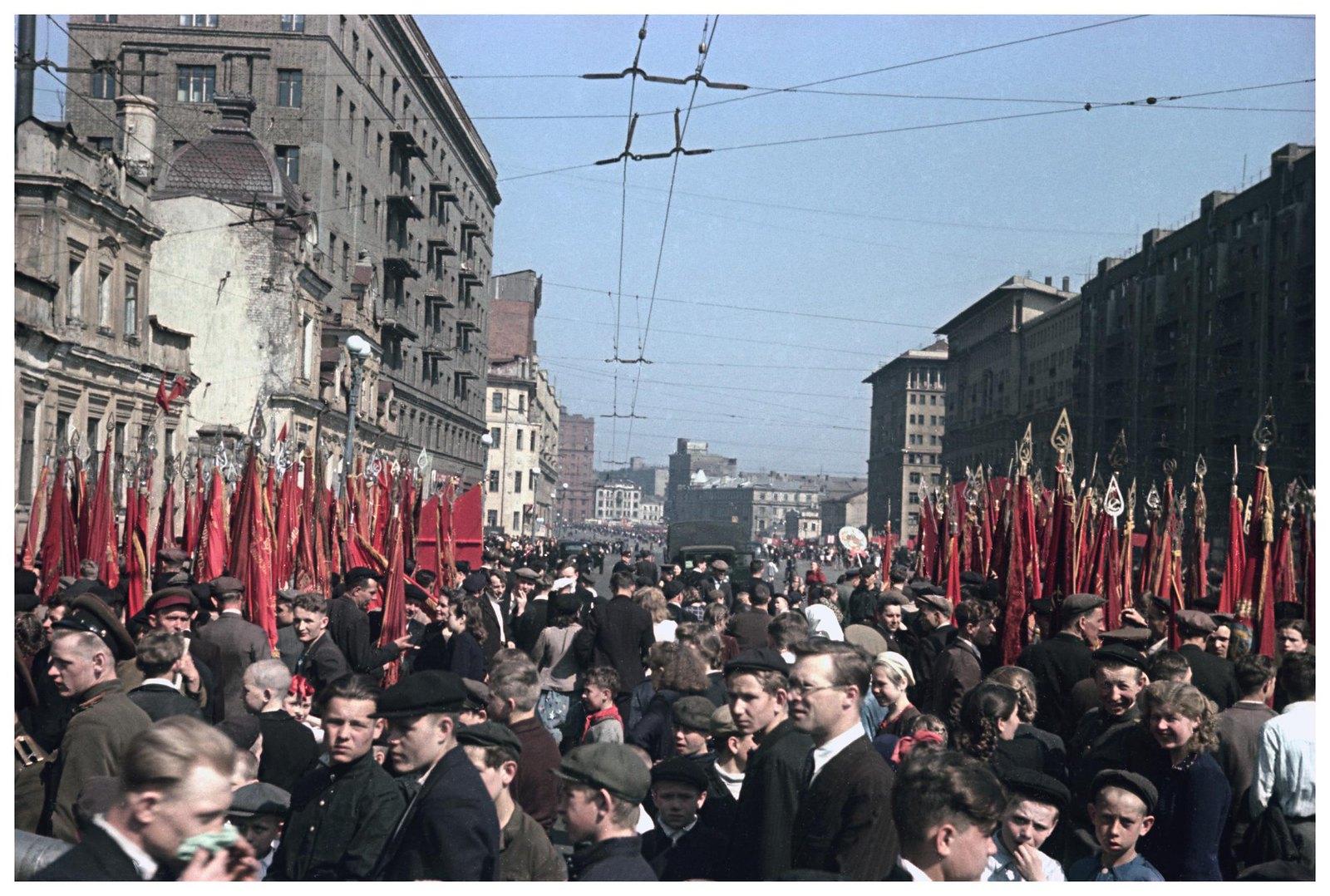 1948. Колонна жителей Пролетарского района на демонстрации. 1 мая.