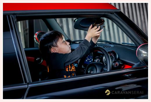 パパの車 miniに乗る男の子