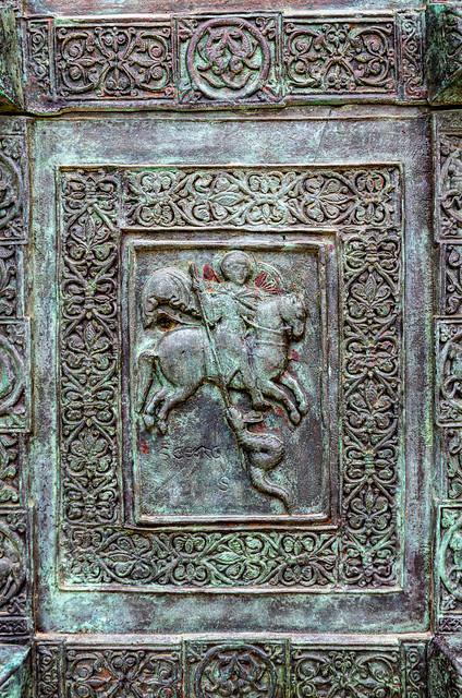 IMGP9120  Portale cattedrale di Trani.Bassorilievo di San Giorgio