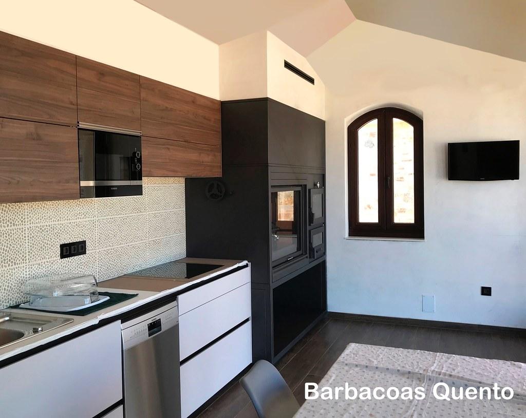 Barbacoa de leña para interior y horno de leña, integrado con muebles de cocina.