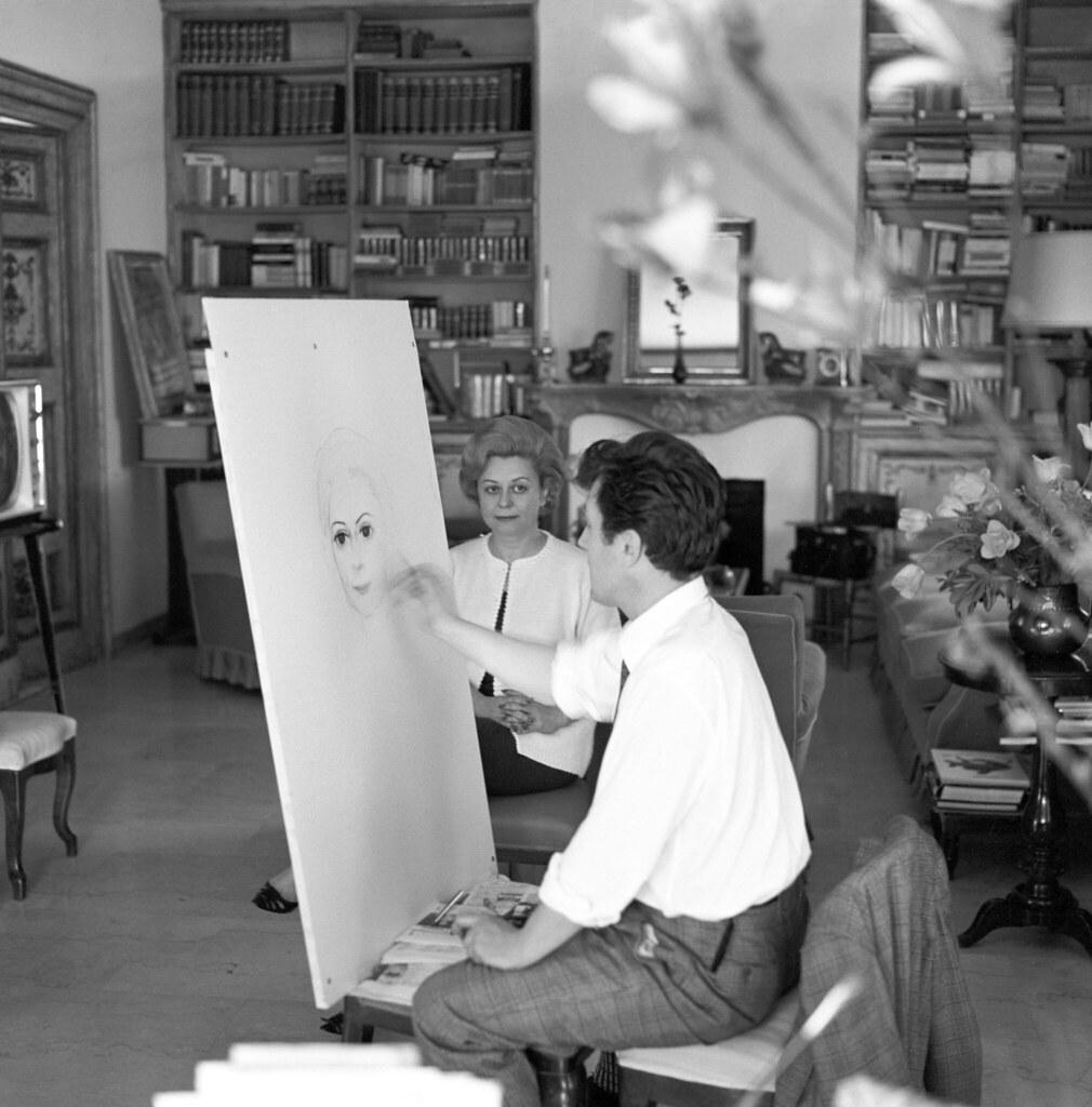 Итальянская актриса Джульетта Мазина позирует в мастерской советского художника Ильи Сергеевича Глазунова. 7 мая 1963