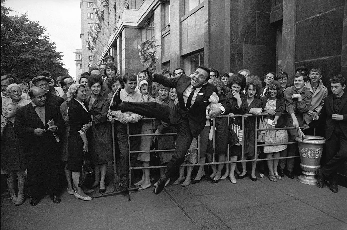 13. Британский актер Норман Уисдом во время IV Московского международного кинофестиваля