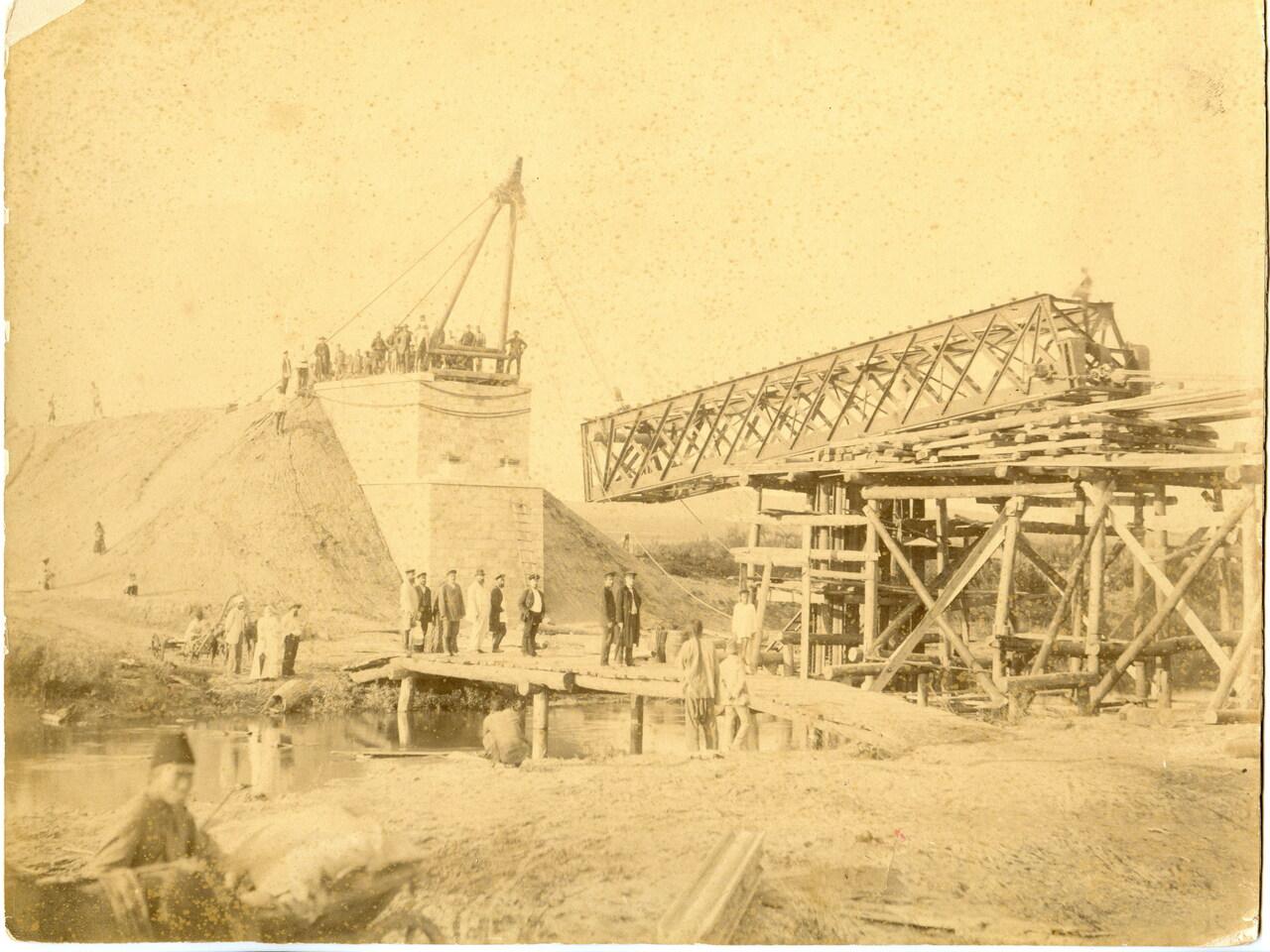Спуск фермы на Супутинке во время строительства Уссурийской железной дороги. 1893