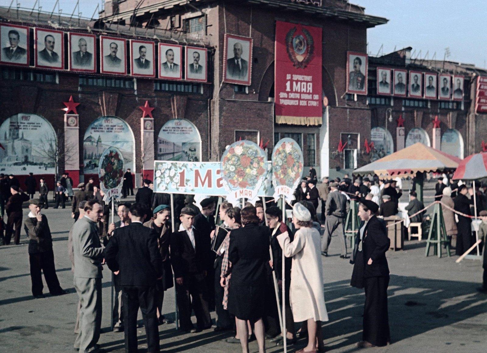 1948. Колонна жителей Пролетарского района на демонстрации. 1 мая