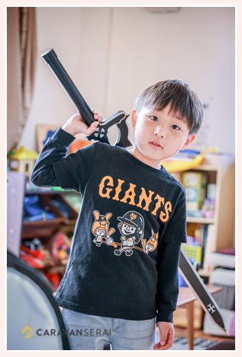 おもちゃの大きな剣をもつ男の子
