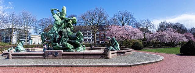 Hamburg Stuhlmann Brunnen  als zusammengesetztes/stiched Panorama, maximale Größe in cm 334 X 125
