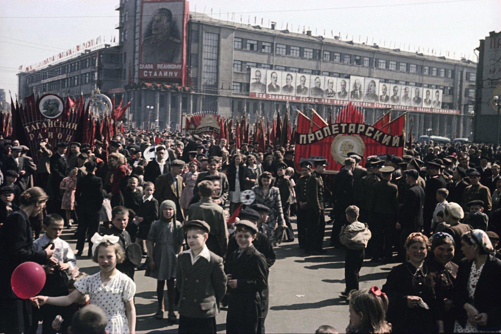 1948. Колонна жителей Пролетарского района на демонстрации. 1 мая1