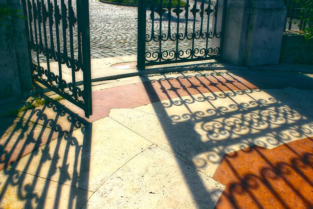 Iron gate and shadow / Kovácsoltvas kapu és árnyéka