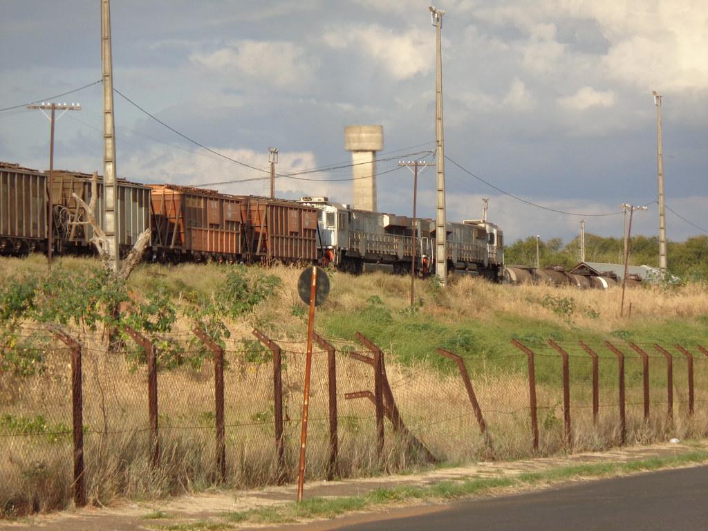 40308 GT46AC #8198 + 8241 (de traz) passando com trem locotrol C446 na Linha 1 da estação de Uberlândia MG     (3)