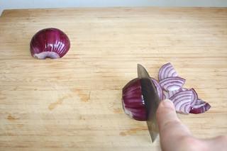 08 - Cut onion in rings / Zwiebel in Ringe schneiden