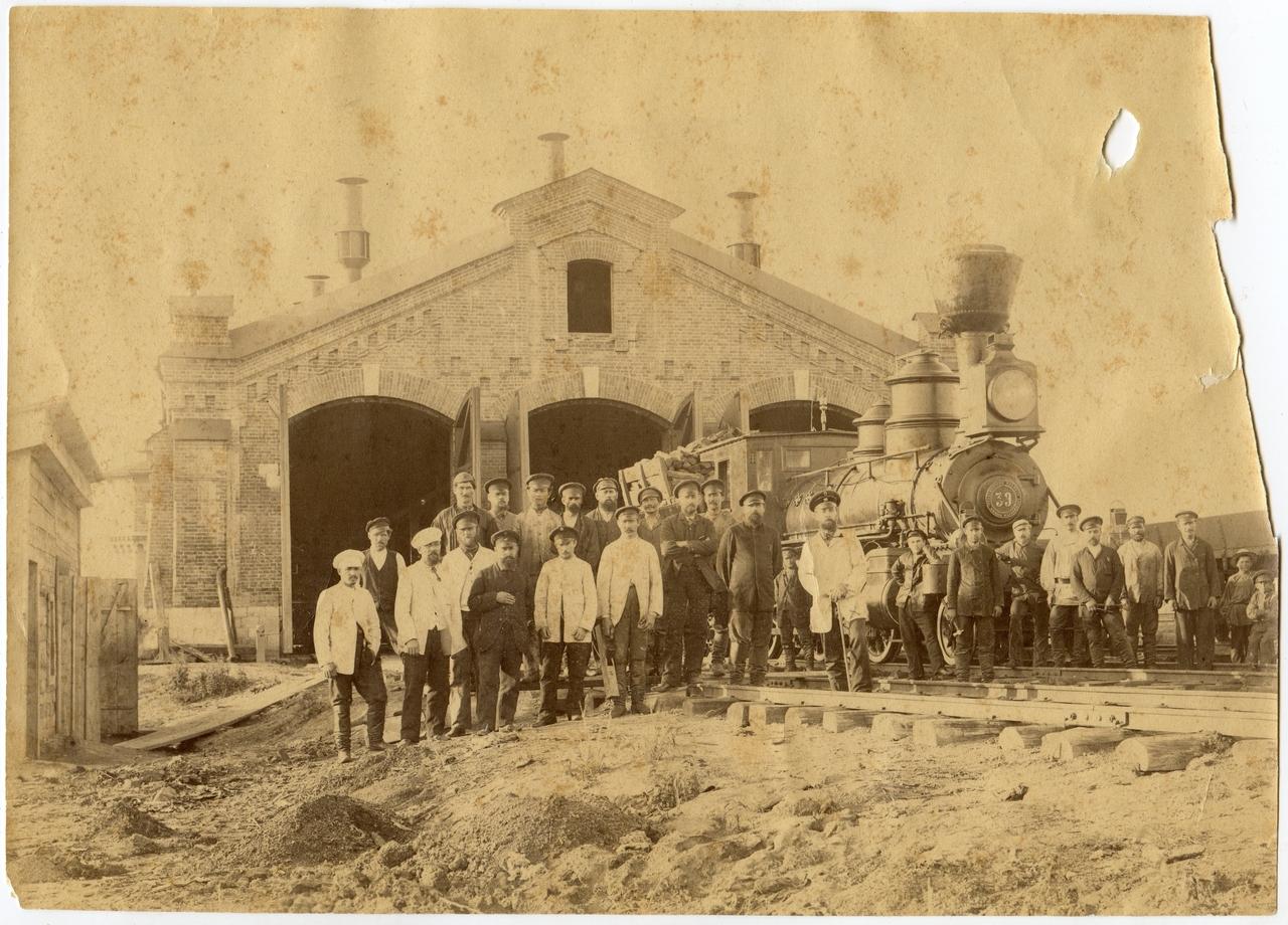 Служащие станции у входа в паровозное депо