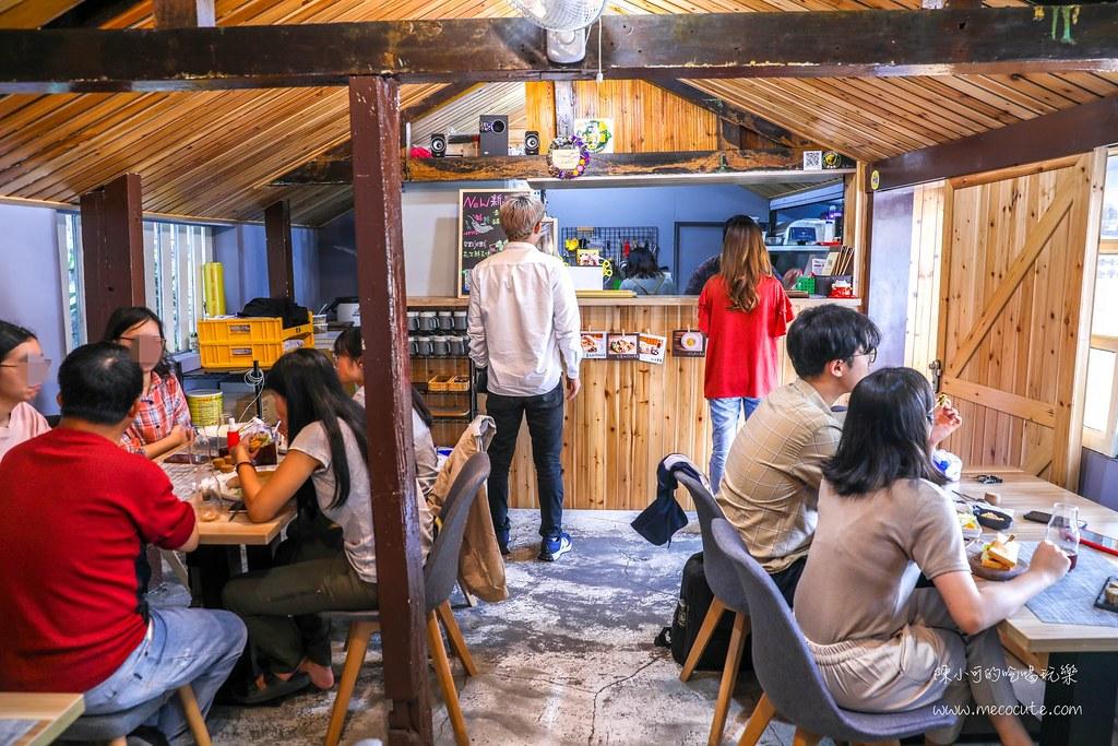 這間早餐店生意好好,平日中午還有不少在地學生!厚豬排醃製入味很好吃
