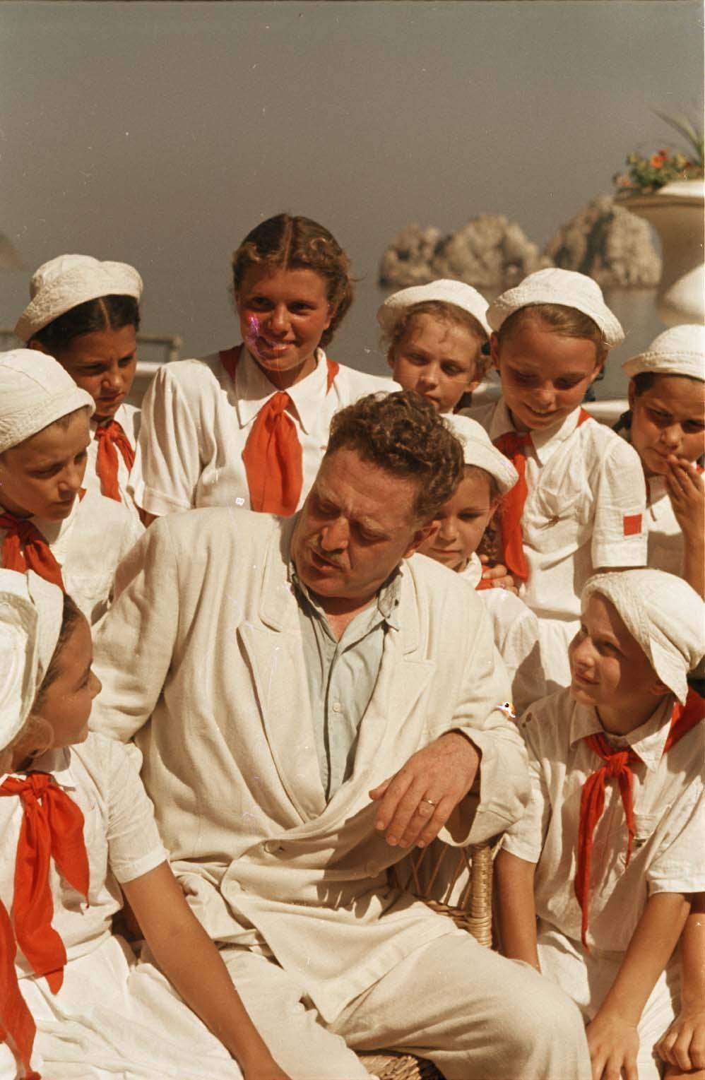 1952. Турецкий поэт Назым Хикмет в пионерском лагере «Артек»