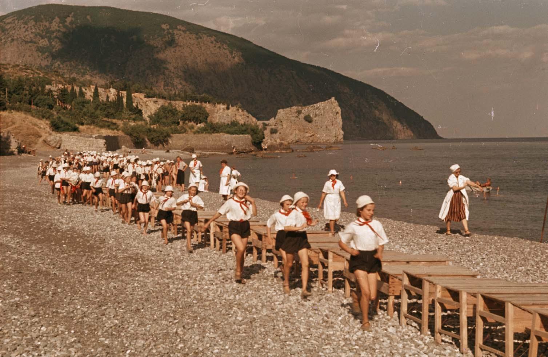 1952. Артек. Пионеры на пляже