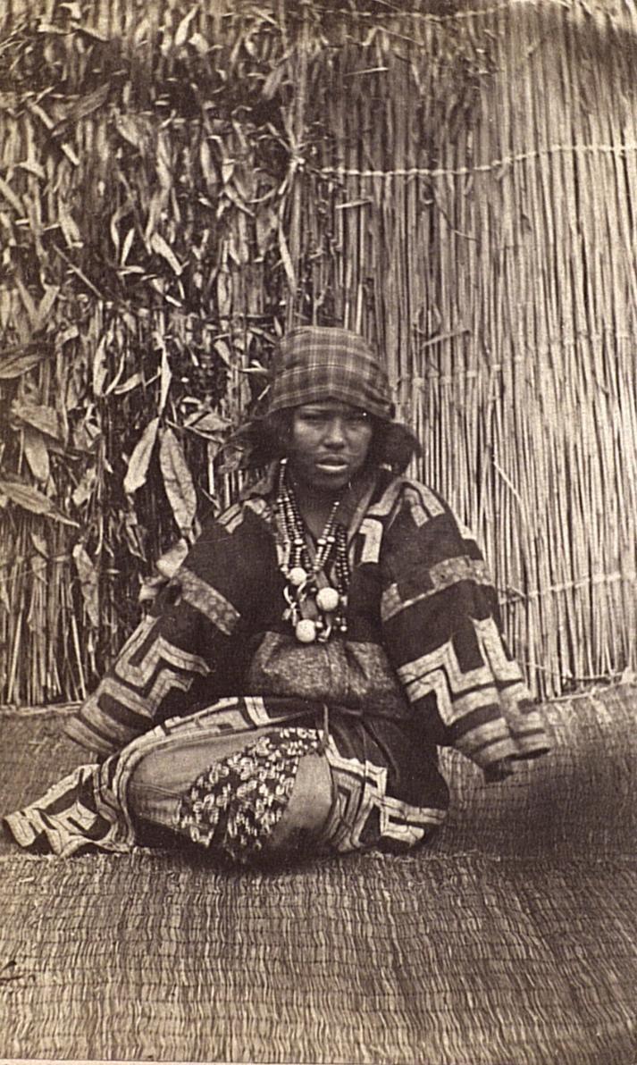 Портрет женщины в праздничном костюме