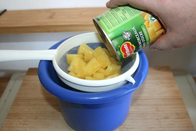 06 - Drain pineapple / Ananas abtropfen lassen