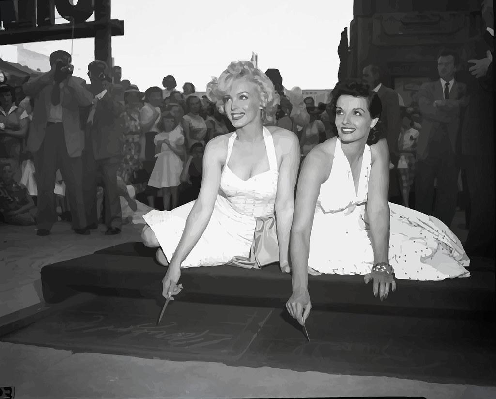 Marilyn Monroe y Jane Russell fotografiadas en el Teatro Chino de Graumann, el 26 de junio de 1953