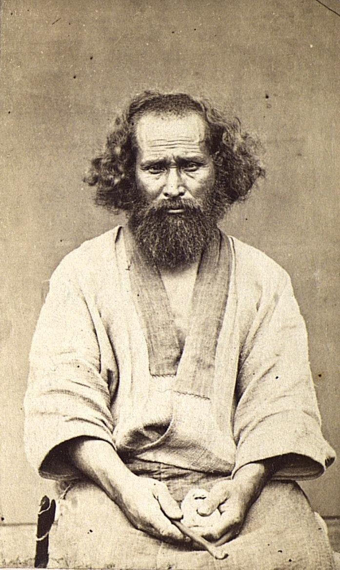 Портрет мужчины в традиционном костюме.