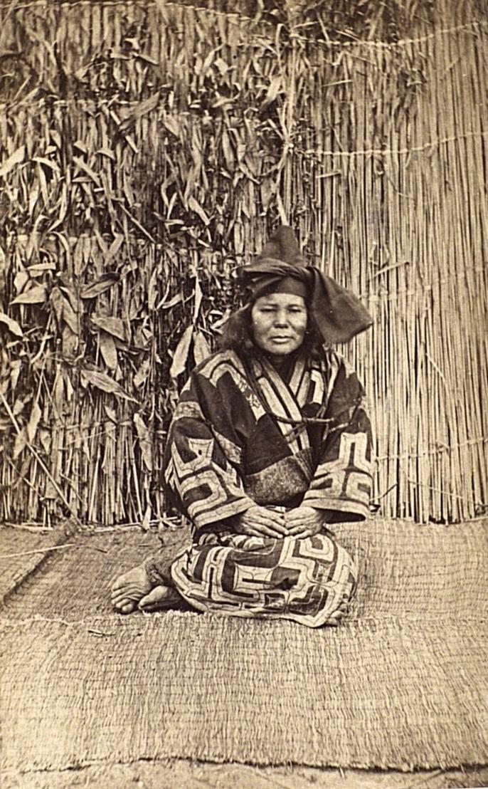Портрет женщины в праздничном костюме.