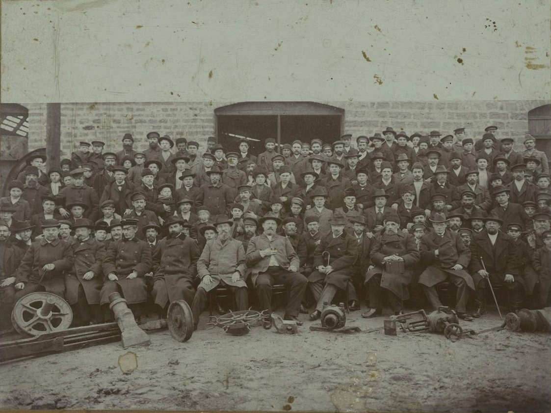 28. Рабочие и служащие механической мастерской Товарищества братьев Нобель