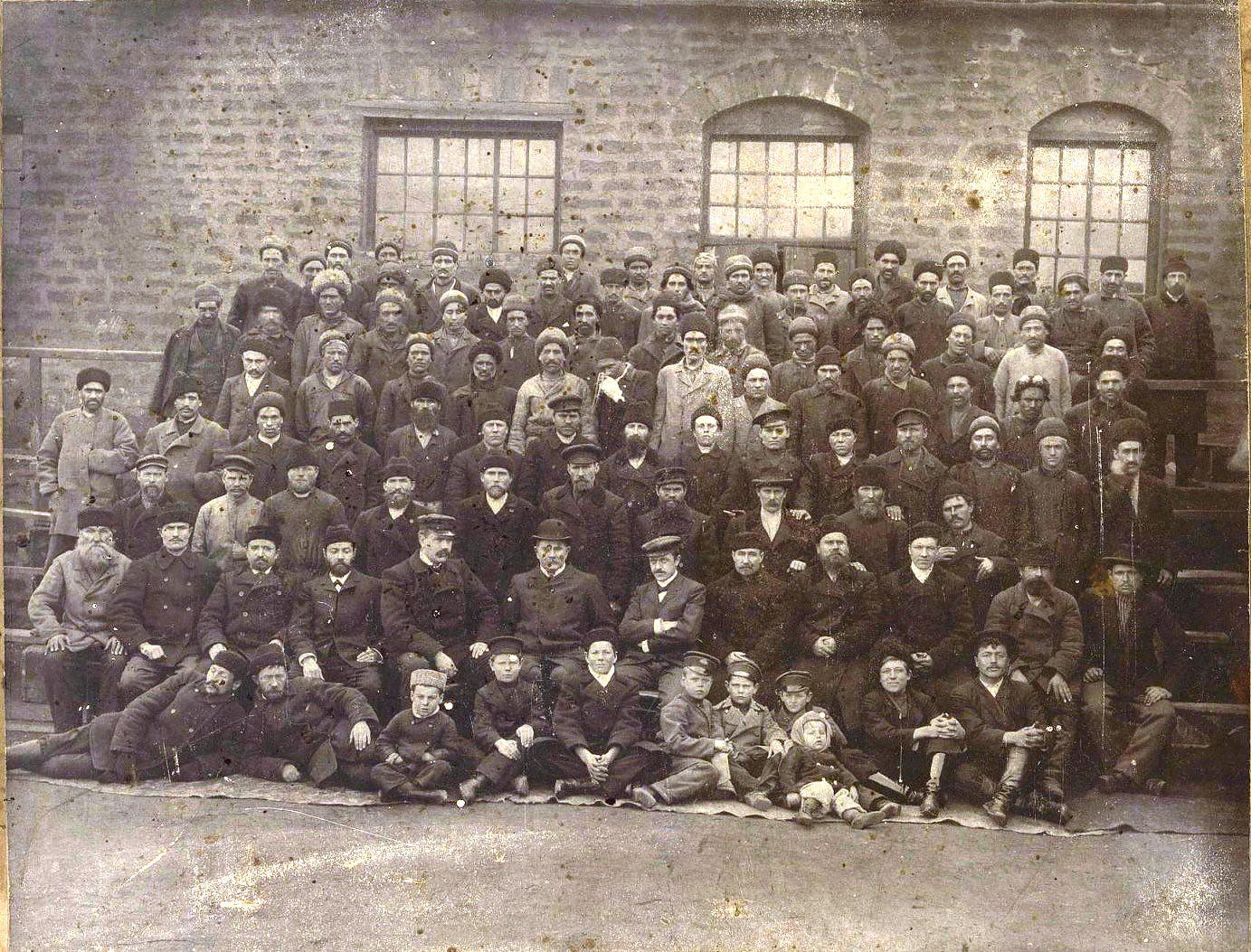 27. Рабочие сернокислотного цеха завода Нобеля. Баку
