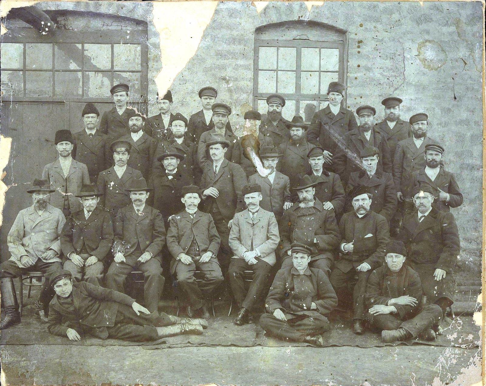 26. Группа рабочих, служащих и администрации нефтеперегонного завода Нобеля. Баку
