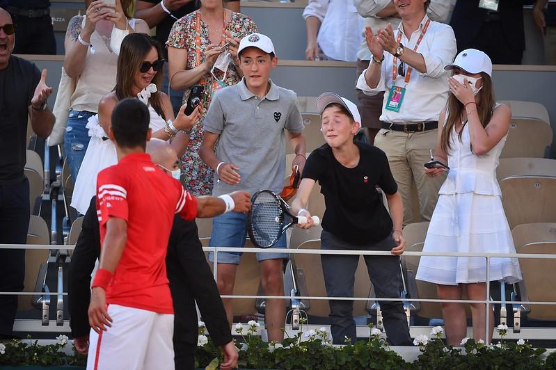 Novak Djokovic贈送球拍給小球迷。(圖/法網推特)