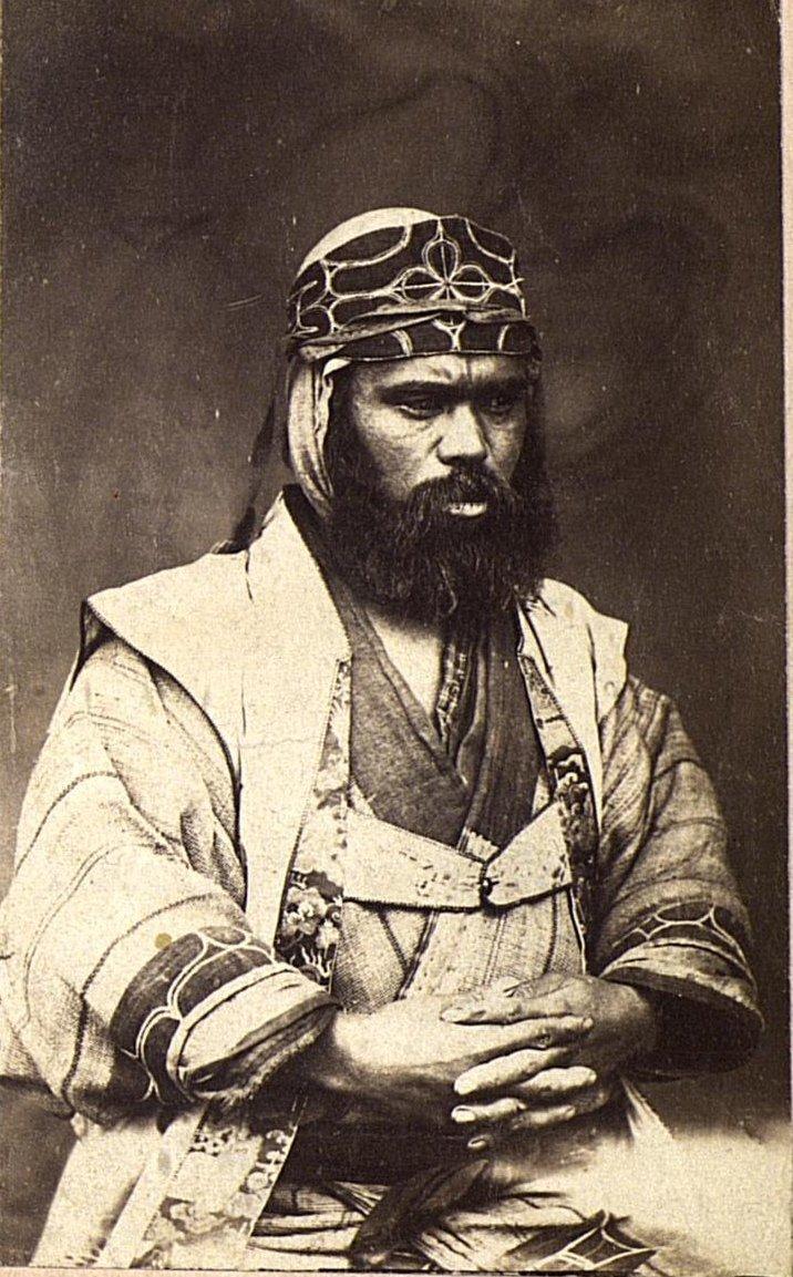 Портрет мужчины в праздничном головном уборе, передаваемом по наследству