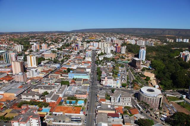 Foto aérea do centro de Caldas Novas detalhe do Shopping Tropical à esquerda.