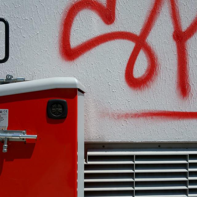 Angolo bianco e rosso con maniglia. White and red corner with handle.