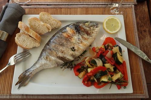Gegrillte Doraden mit mediterranem Gemüse und Baguette (mein Teller)
