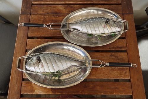 Zwei Doraden (für den Grill vorbereitet)