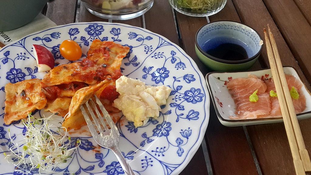 ravioli & homemade salmon sashimi