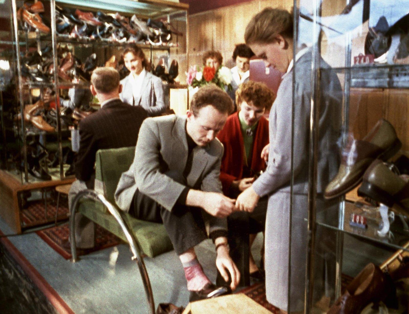 1961. В отделе мужской обуви