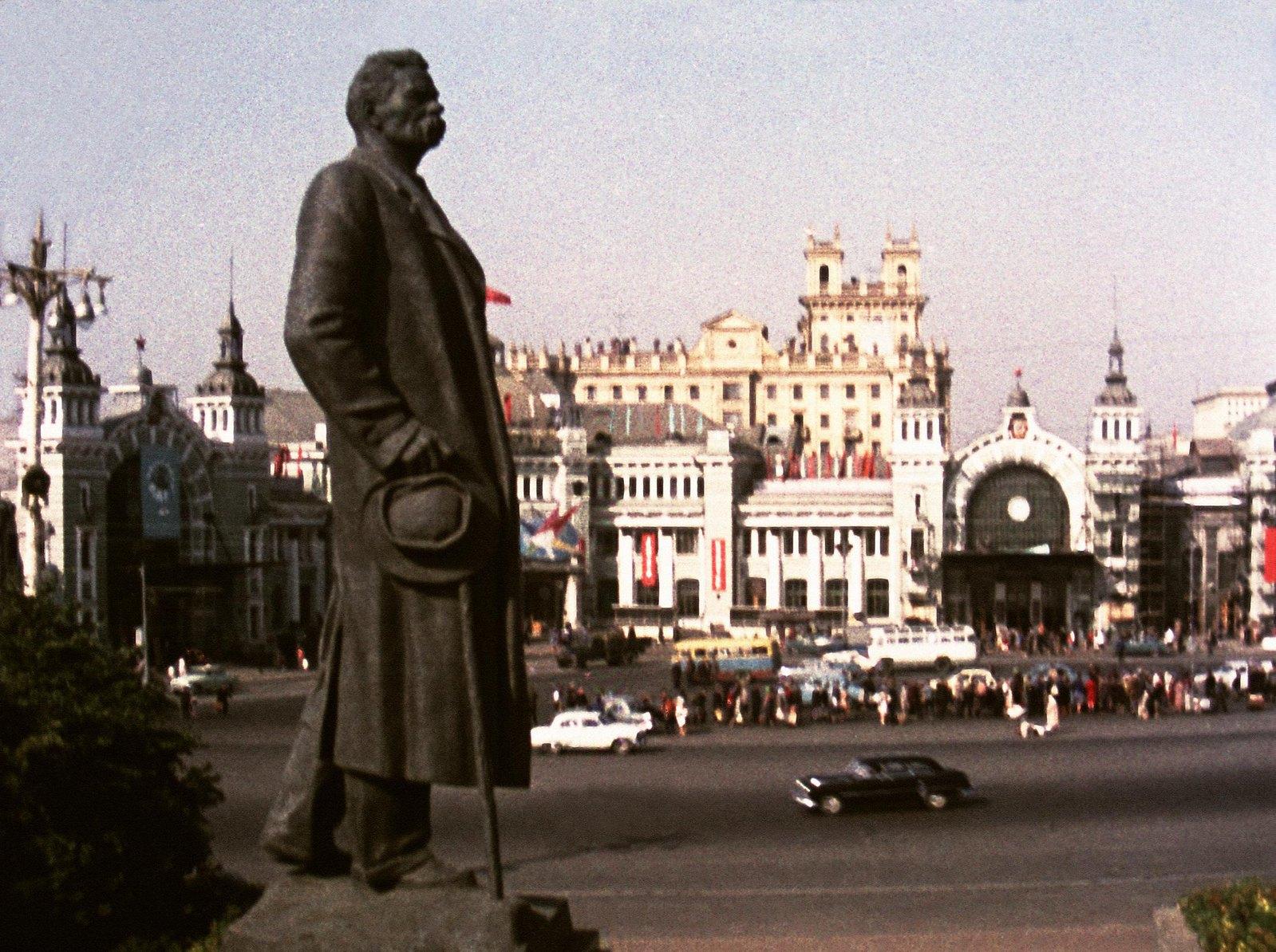 1961. Памятник Максиму Горькому на площади Белорусского вокзала